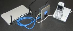 Immagine di un router posizionato vicino ad un telefono cordless