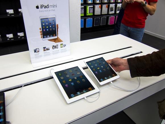 Immagine di confronto tra l'iPad Mini e l'iPad in versione normale