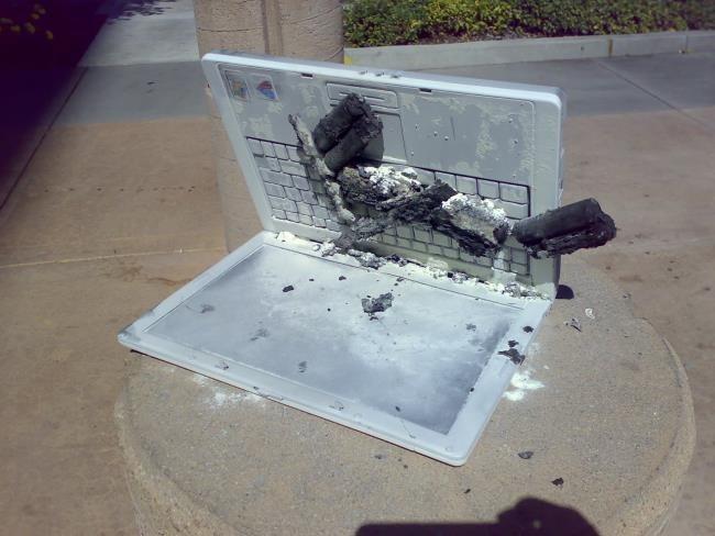 Immagine di un portatile bruciato per colpa di una batteria non originale